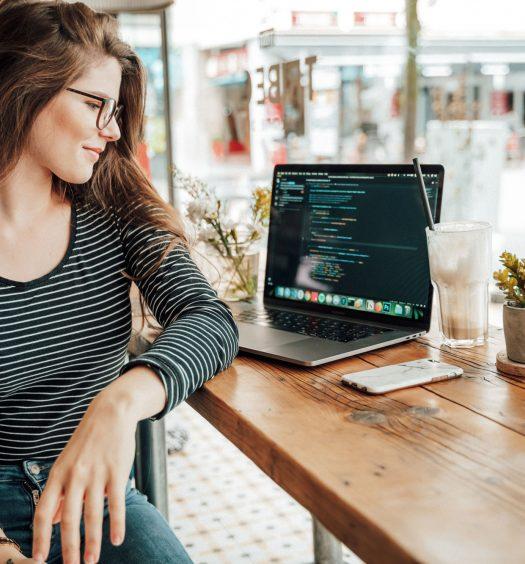 Intelligenza Artificiale, Digitalizzazione, donne e informatica: il futuro è il coding